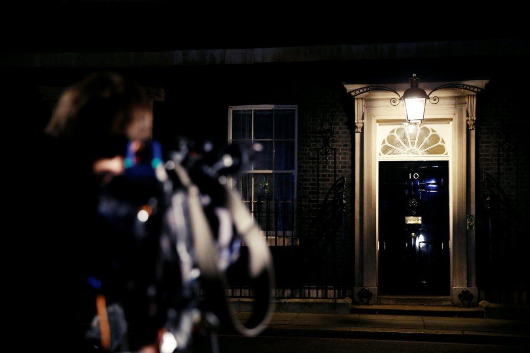 雖然大家都祝福首相能早日康復。但政壇上下已開始準備強生長期重病、命危、甚至死亡的...