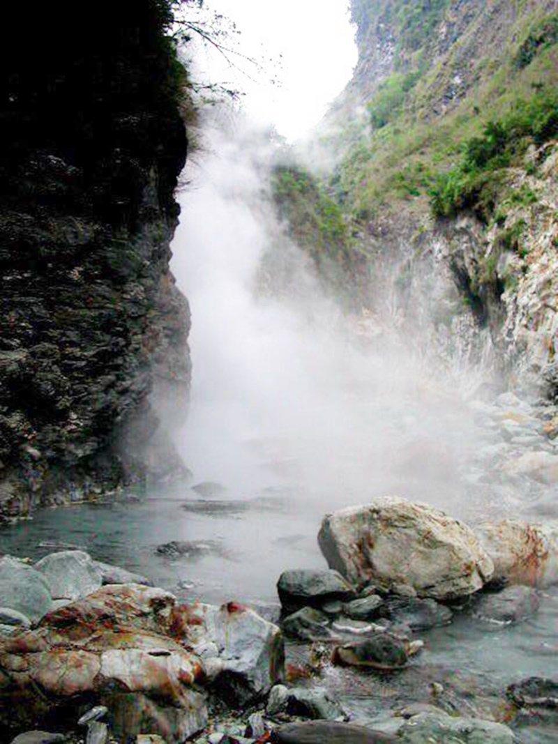 走進大崙溪上游,整個溪谷瀰漫轆轆溫泉噴發的熱氣,白煙氤氳彷如仙境。 圖/羅紹平 ...