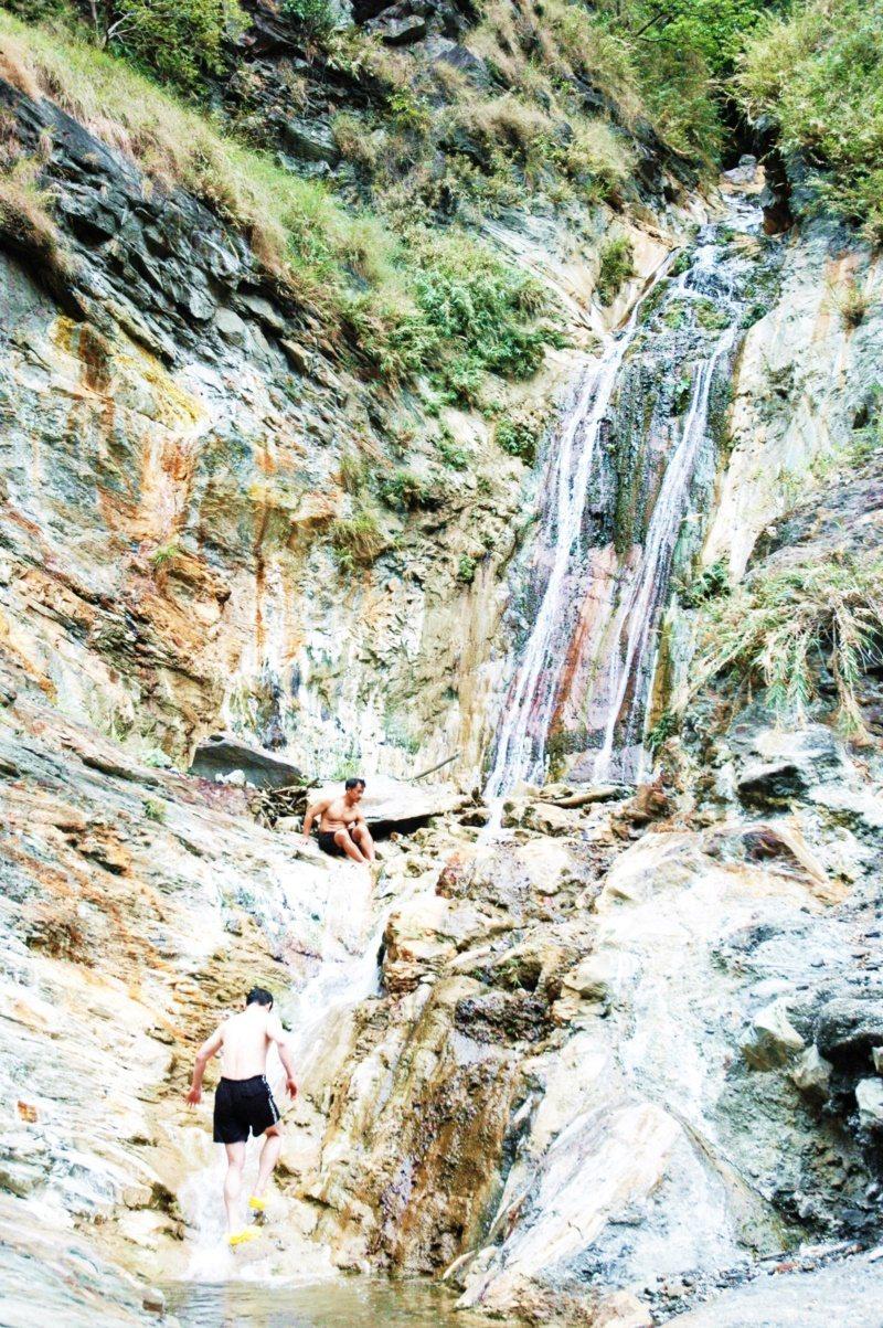轆轆溫泉流過山壁留下礦物質結晶,猶如黃玉及翡翠掛在山壁上,置身其中泡湯如同仙境。...