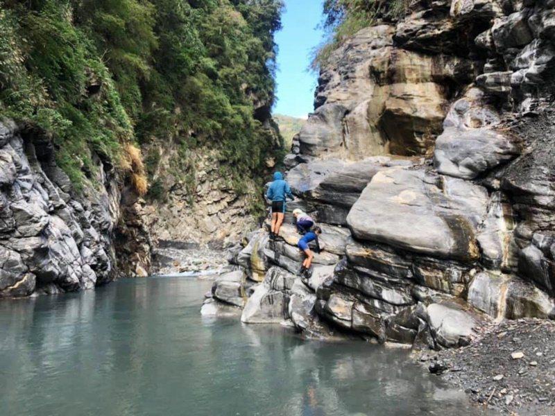 前往轆轆溫泉最「燒」體力,沿途得攀越巨石與陡峭山壁,直上直下,體力不好,最好別嘗...