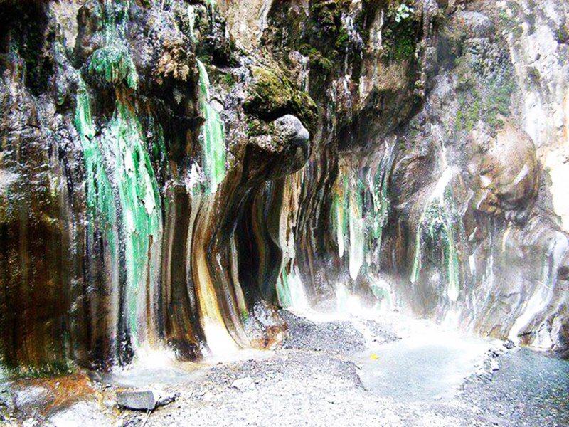 栗松溫泉流過的山壁,留下硫黃的礦物質結晶,整片山壁有如碧玉翡翠。 圖/羅紹平 攝...
