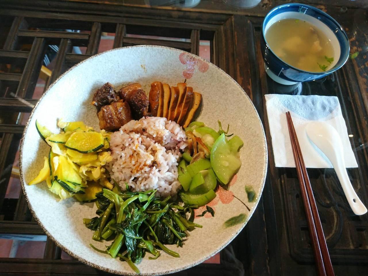 古意生活藝術館的「大碗公飯」是特色家常菜。 圖/羅建旺 攝影