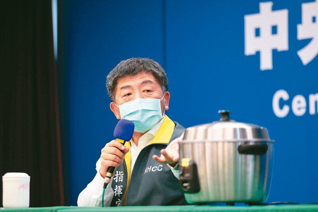 中央流行疫情指揮中心指揮官陳時中在記者會現場準備電鍋,教大家如何蒸烤口罩重複使用...