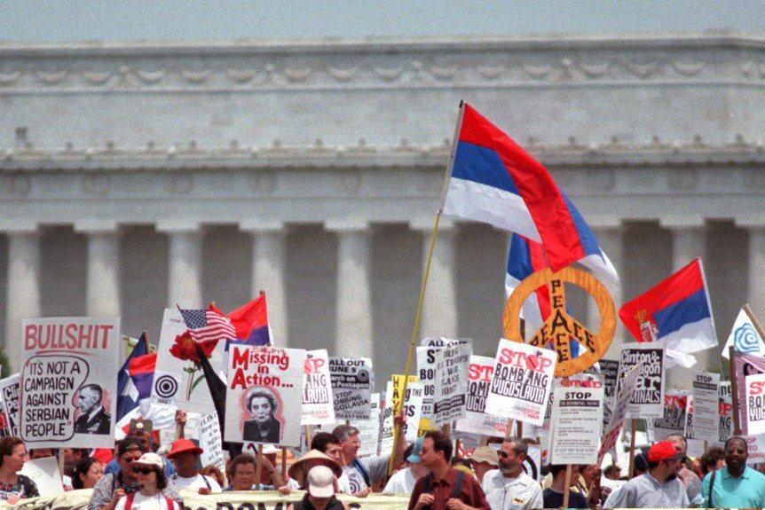 前南斯拉夫曾在1999年於國際法院提起訴訟。圖為示威者抗議北約轟炸前南斯拉夫。攝於1999年,華盛頓。 圖/美聯社