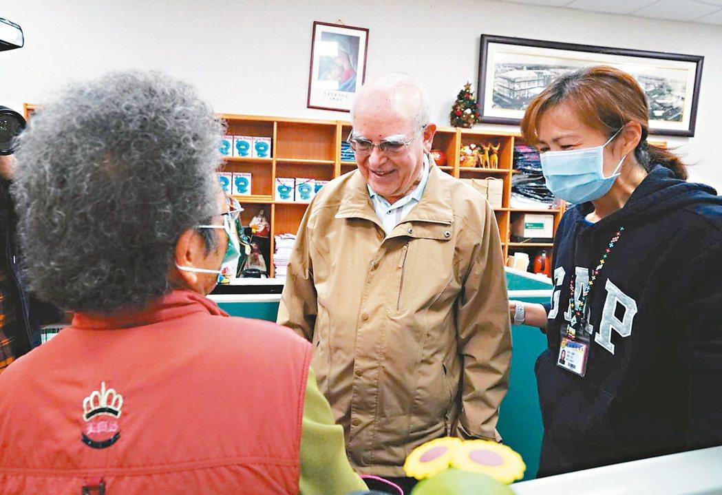 八十三歲賣菜長者(左)捐八個口罩跟八百元,她曾受呂若瑟神父(中)幫助,如今盼用己...