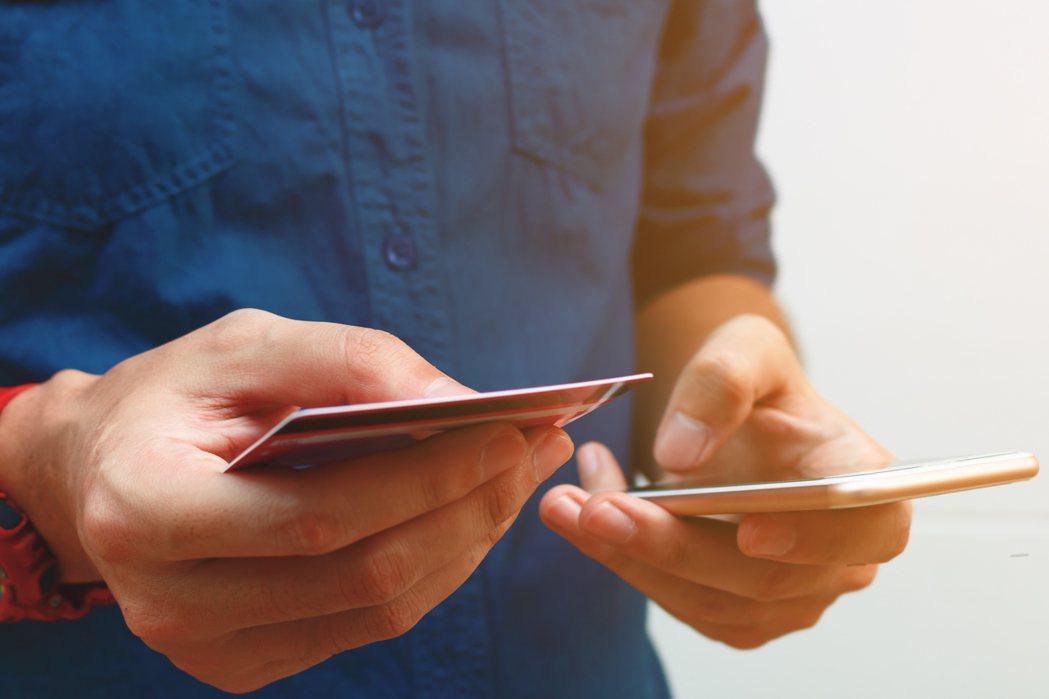 現代支付方式多元便利,越要切記:謹慎理財信用至上。圖/ingimage 提供