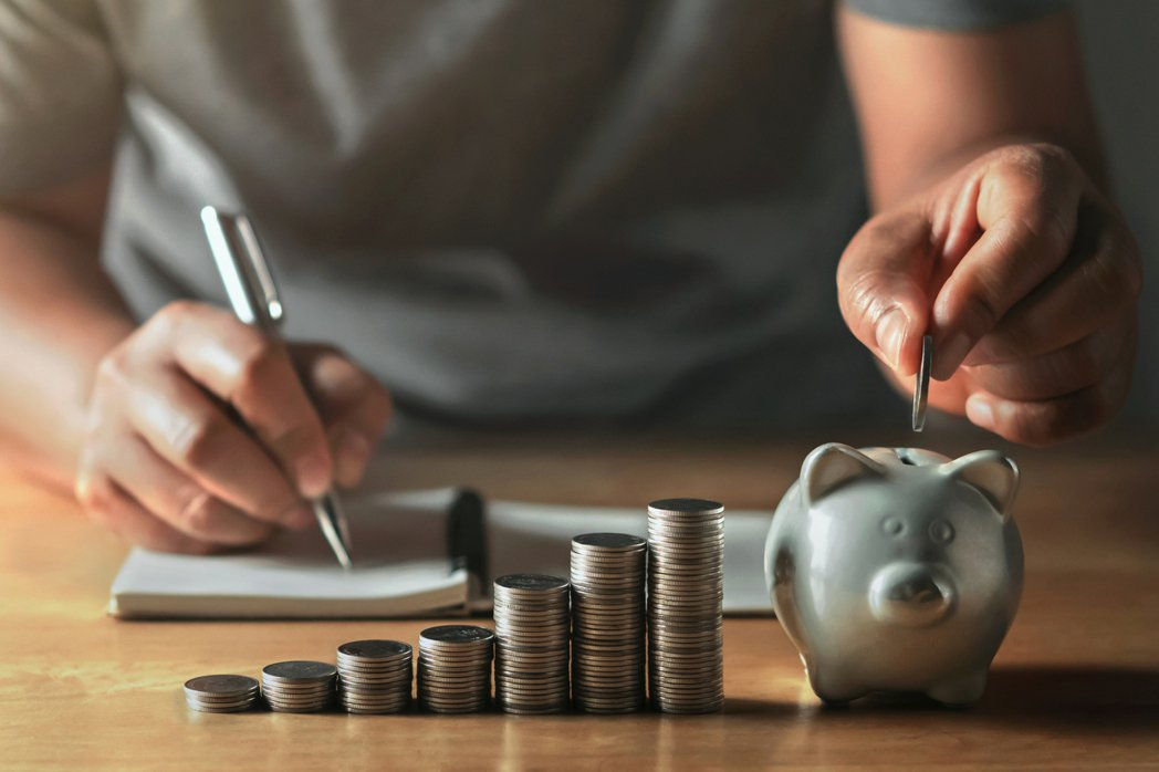 年輕族群理財前先整理負債,透過每月記帳檢討收支,開源節流。圖/ingimage ...
