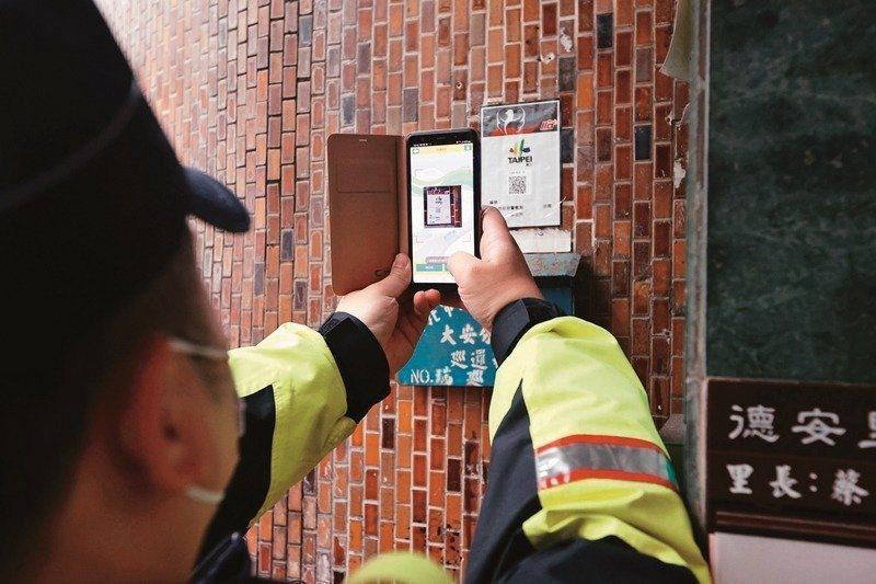 大安分局員警3月5日到游錫堃住家周邊巡邏掃碼。 圖/聯合報系資料庫