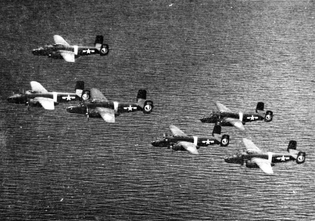 二戰美國陸軍第五航空隊第345轟炸大隊第500中隊的B-25J轟炸機,6機編隊飛行。示意圖。非當事戰機。 圖/取自WorldWarPhotos