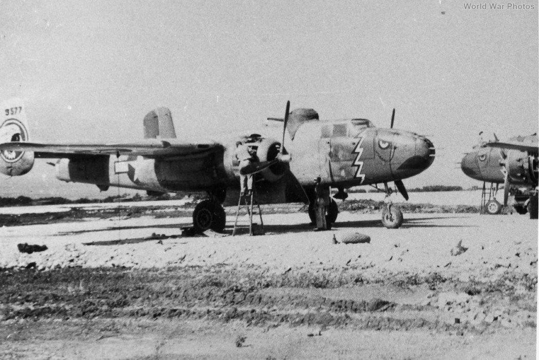 二戰美國陸軍第五航空隊第345轟炸大隊498中隊的577號機(44-29577)。本文空襲當日,該機正駕駛為Roser中尉,是第三組進入馬公港上空投彈的B-25J轟炸機。 圖/取自WorldWarPhotos