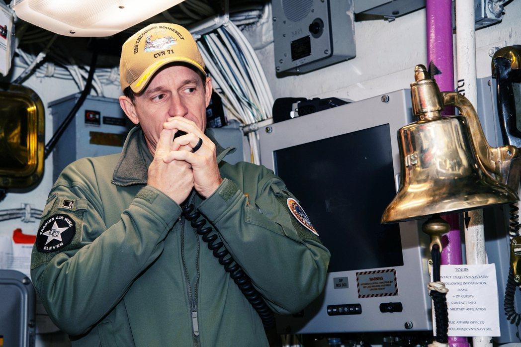 克羅西爾「洩露軍機」被解職後的當晚,隨即輕裝上路,並於全艦官兵的歌聲歡送中,英雄...