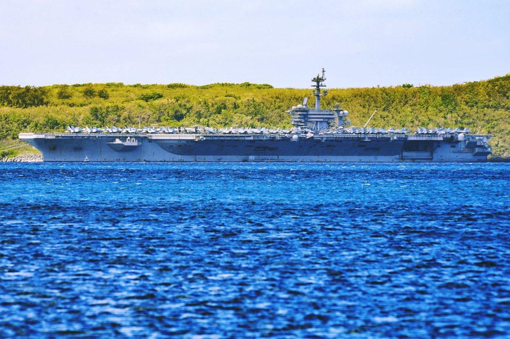 火線上的海軍代理部長莫德利,周末才匆匆從美國本土飛往關島,並於4月6日登上了羅斯...