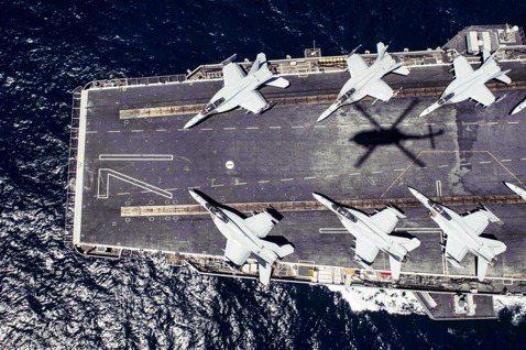 船上爆發群聚感染事件震憾全球的美軍航空母艦「羅斯福號」,6日晚間再度爆發軍中爭議...