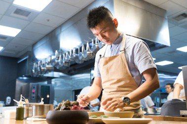 不論廚房內外,黃以倫皆是上緊發條。 記者陳立凱/攝影