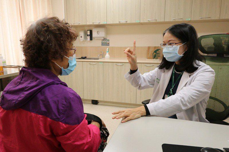亞洲大學附屬醫院神經內科醫師黃紫英說,防疫期間若發現家人出現中風症狀,更不能輕忽,才能把握搶救中風3小時的黃金治療時間,增加復原機會。圖/亞洲大學附屬醫院提供