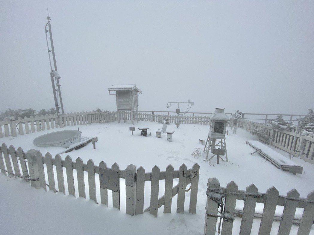 玉山連續兩天下四月雪,積雪已達14.5公分,玉管處控管排雲山莊床位再降至60人。...