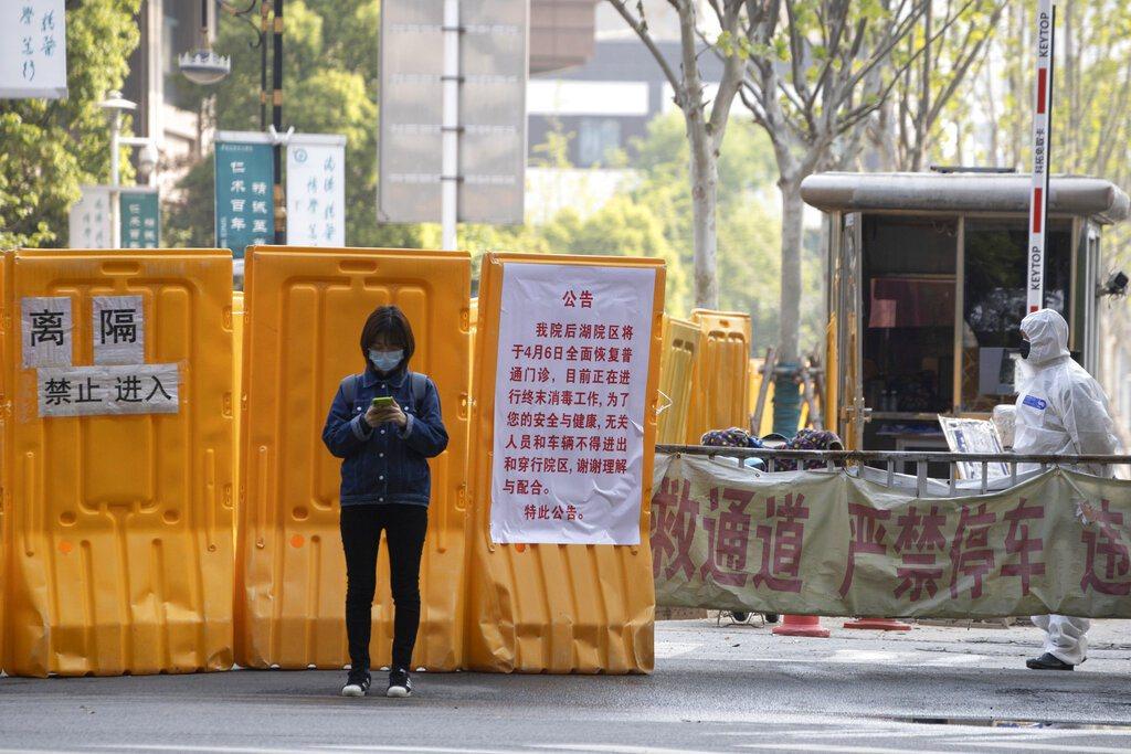 武漢臨近解封,部分小區仍未拆封。美聯社
