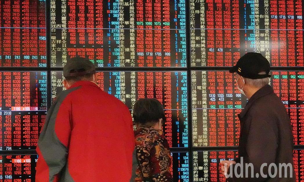 受美股大漲影響,台股一開盤就大漲逾百點,不到半個小時攻上萬點,號子裡的投資人緊盯...