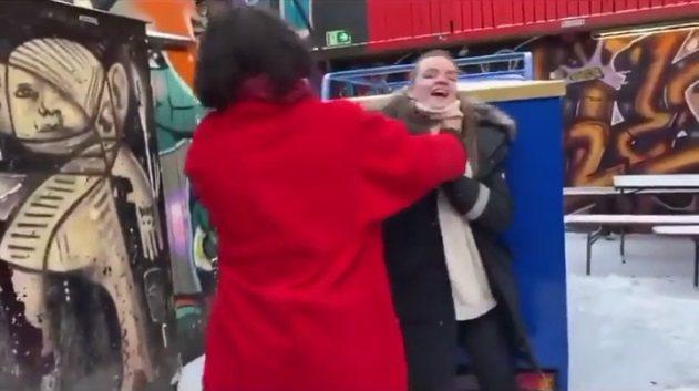 伊薩米勒掐住女性脖子,引起網路熱議。圖/翻攝自YouTube