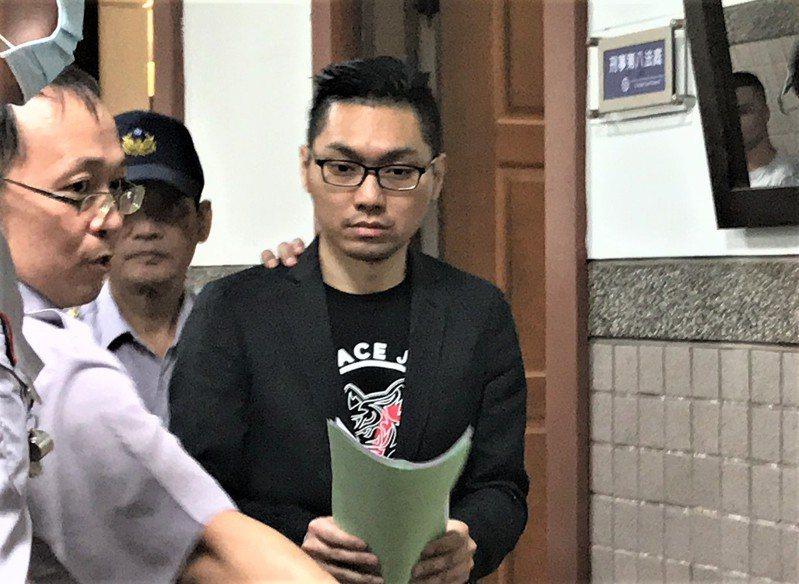 連千毅今天出庭帶著手寫的4張稿紙。圖/本報資料照
