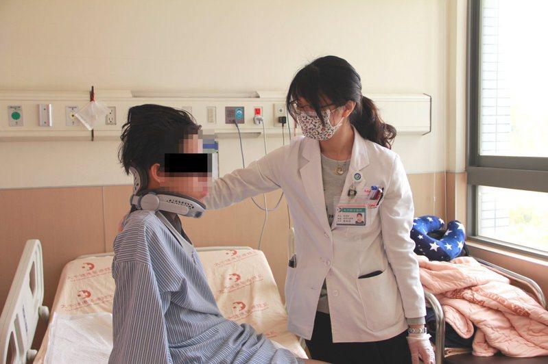 男同學非常積極樂觀,每天配合做復健,狀況恢復很好。圖/大千醫院提供