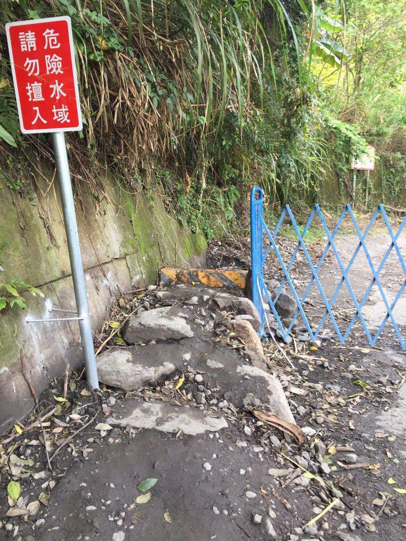 新網紅點「土耳其棉堡」,東勢林管處已設簡易伸縮拉門,但旁邊又被人鋪築塊石便道。圖/東勢林管處提供