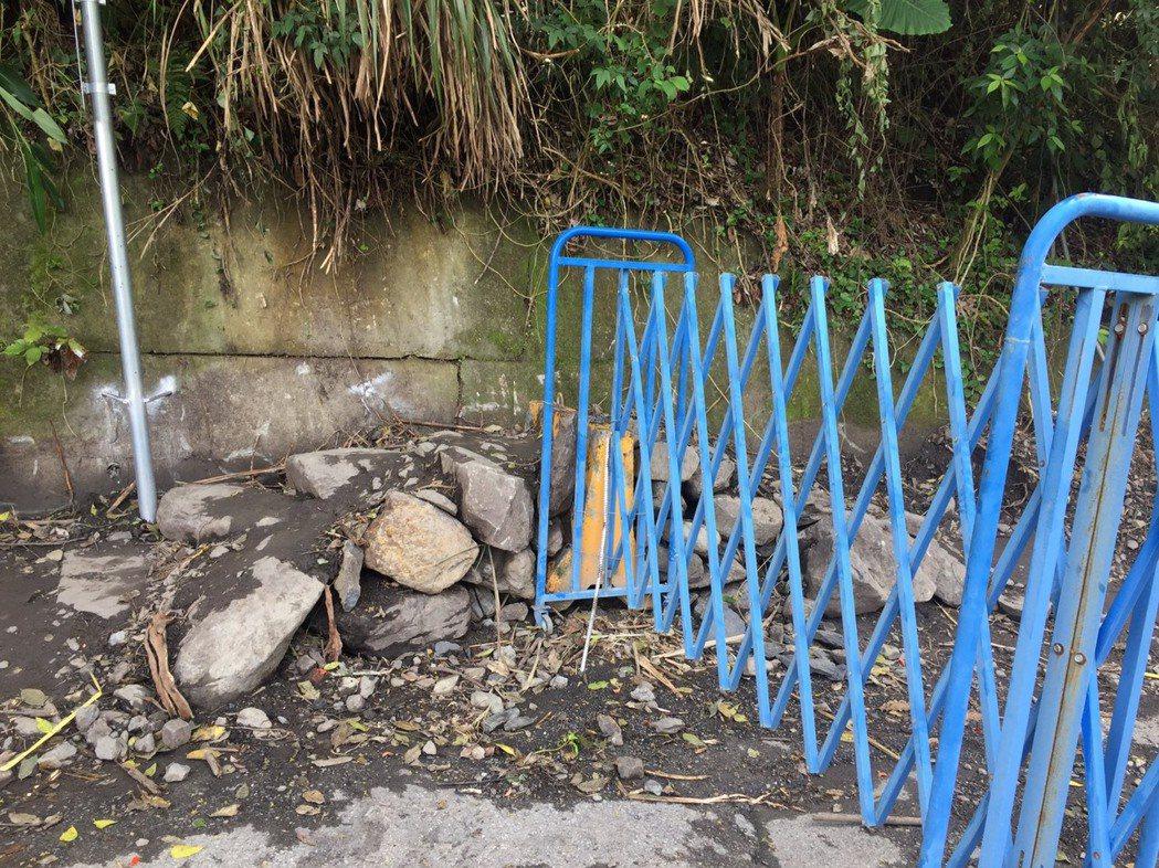 新網紅點「土耳其棉堡」,東勢林管處已設簡易伸縮拉門,但旁邊又被人鋪築塊石便道。圖...
