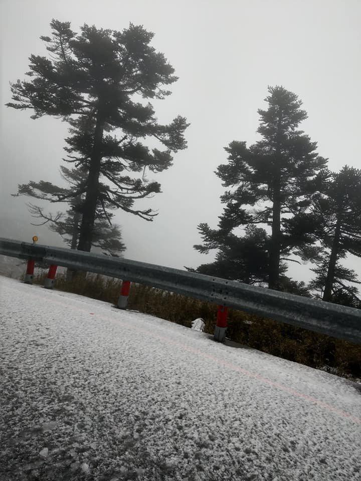 合歡山今凌晨突降「四月雪」,但因降雪時間和雪量不足,武嶺、松雪樓周邊停車場或邊坡留有薄雪,雪迷開玩笑大嘆「下雪都先不通知的」。圖/讀者提供