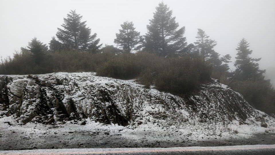 合歡山今凌晨突降「四月雪」,但因降雪時間和雪量不足,武嶺、松雪樓周邊停車場或邊坡...