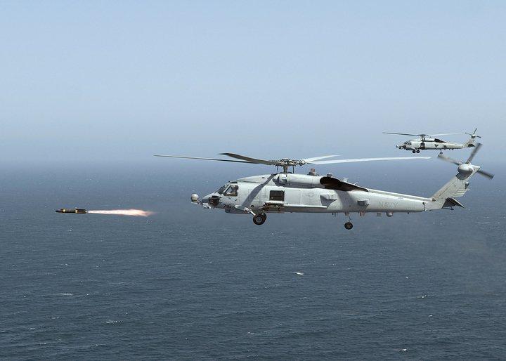 MH-60R發射地獄火飛彈,可以攻擊輕型艦艇或裝甲車輛。圖/美國海軍檔案照