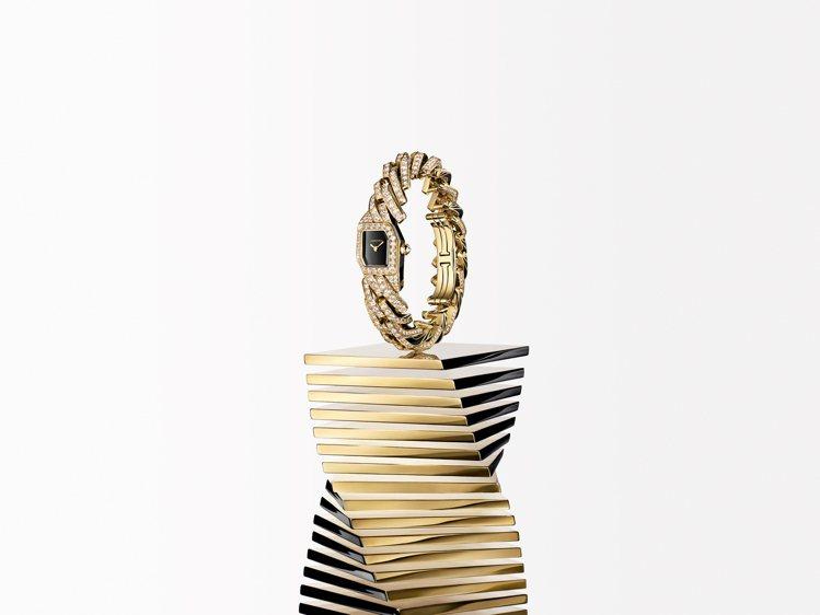 卡地亞全新創作Maillon de Cartier巧妙營造視覺扭轉之感。圖/卡地...