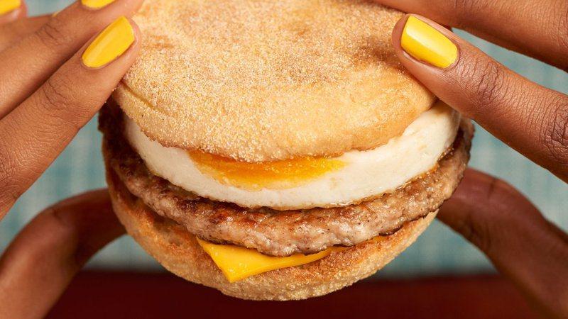麥當勞的豬肉滿福堡加蛋,乃是店內早餐的人氣產品之一。圖/取自McDonald's UK推特