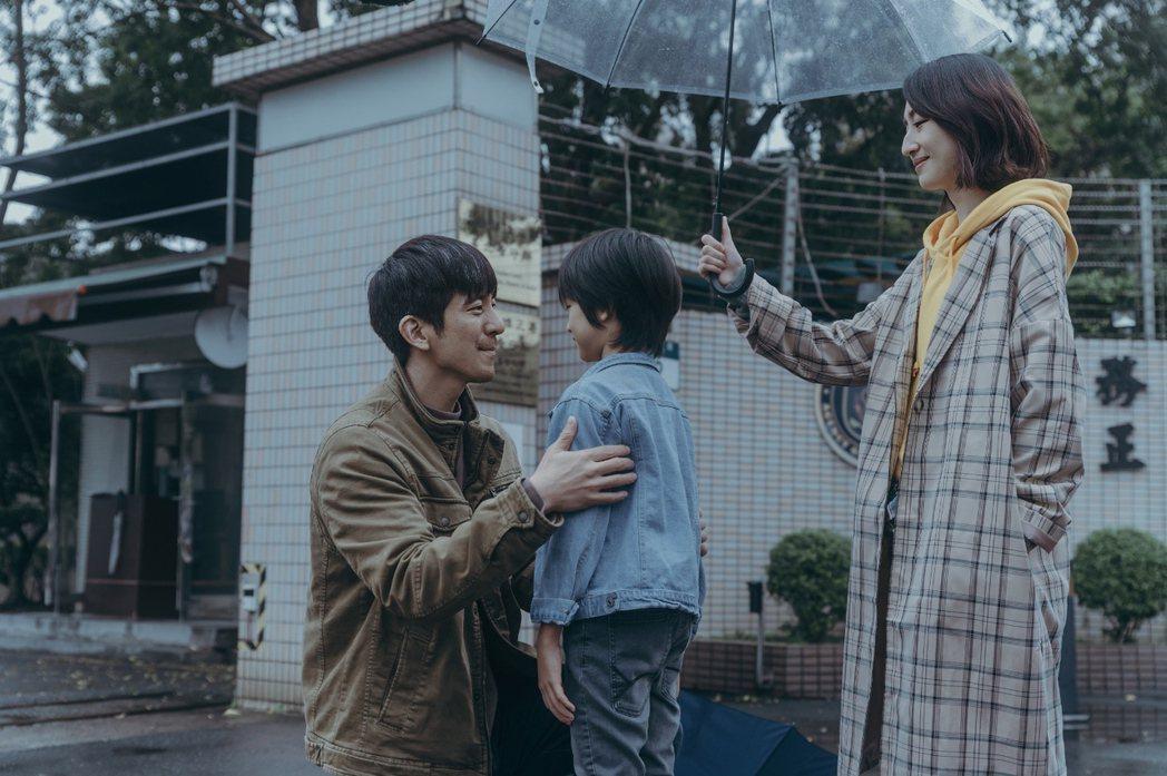 修杰楷(左)和柯佳嬿(右)拍「愛的詐欺犯」。圖/中視提供