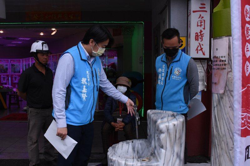 受到新冠肺炎疫情影響,避免衛生及感染疑慮,花蓮市公所停用候車亭自來水生飲設施。圖/花蓮市公所提供