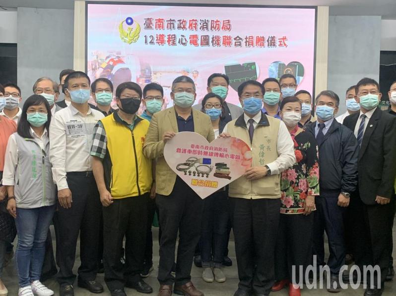 台南市企業各界今天合捐46台12導程機,由市長黃偉哲(前排右)代表接受,台南市61台救護車將全面配置。記者吳淑玲/攝影