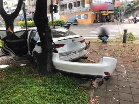 借朋友頂規Lexus耍帥 酒駕上路撞水泥柱近全毀賠慘
