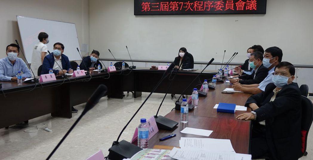 高雄市議會程序委員會下午決定第3次定期大延後開議,但延到何時,視疫情再議。記者楊...