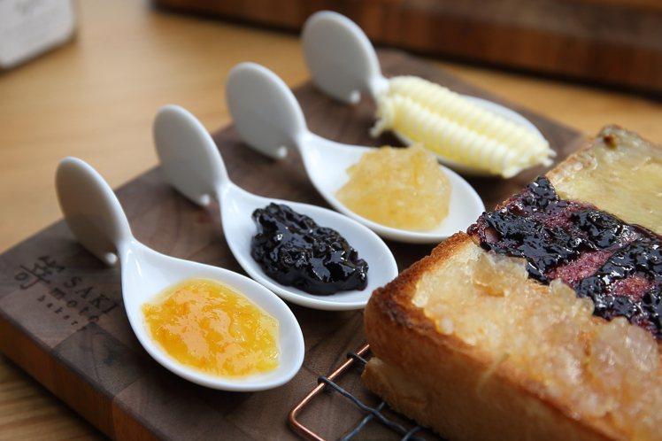 套餐中,可以自由加價搭配3種果醬與進口奶油。記者陳睿中/攝影