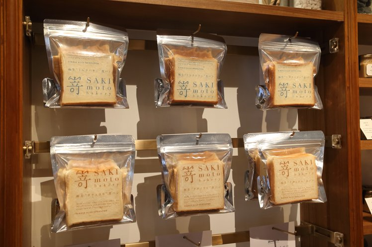 單片包裝的極美自然吐司、極生奶油牛奶吐司,售價各為80元、90元。記者陳睿中/攝...
