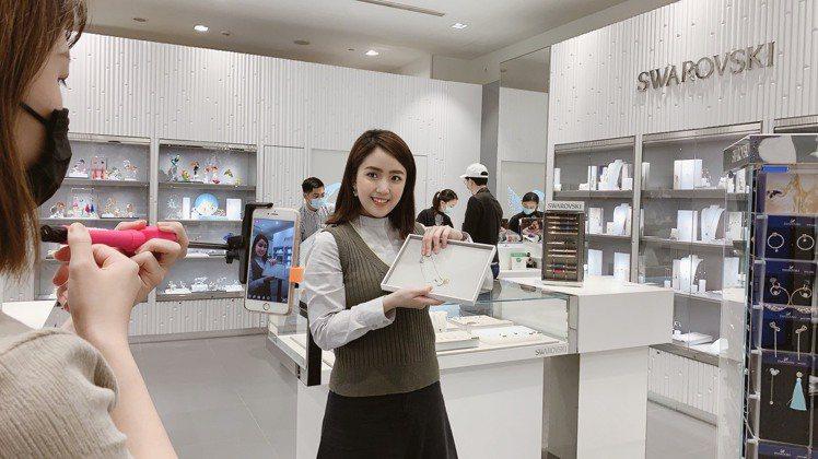 京站主打網美、網帥型樓管進行「FB直播銷售」。圖/京站提供