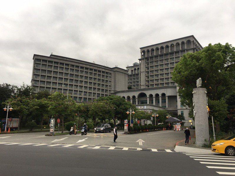 在新店慈濟醫院擔任清潔工的江姓男子今天疑似因與同事發生爭執,激動之下打電話報警表示要放火燒醫院。記者柯毓庭/翻攝