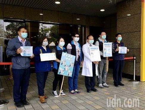 高雄市衛生局與高醫附設中和醫院院長侯明鋒(右三),一起宣導勿亂丟棄口罩。圖/高雄市環保局提供