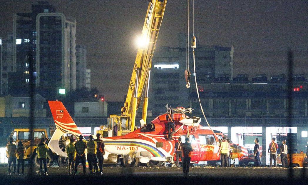 失控墜機的空勤總隊海豚直升機今晚脫離機場跑道。記者劉學聖/攝影