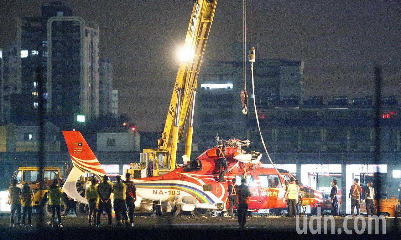 空勤直升機翻覆飛機吊起 晚間恢復起降