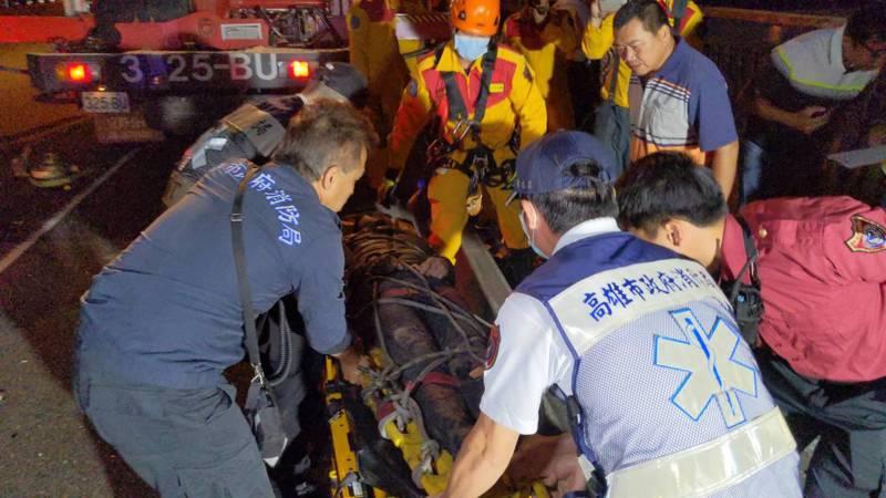 20歲潘姓男子受困車內約1小時後獲救,潘男全身多處撕裂傷、意識模糊。記者陳弘逸/攝影