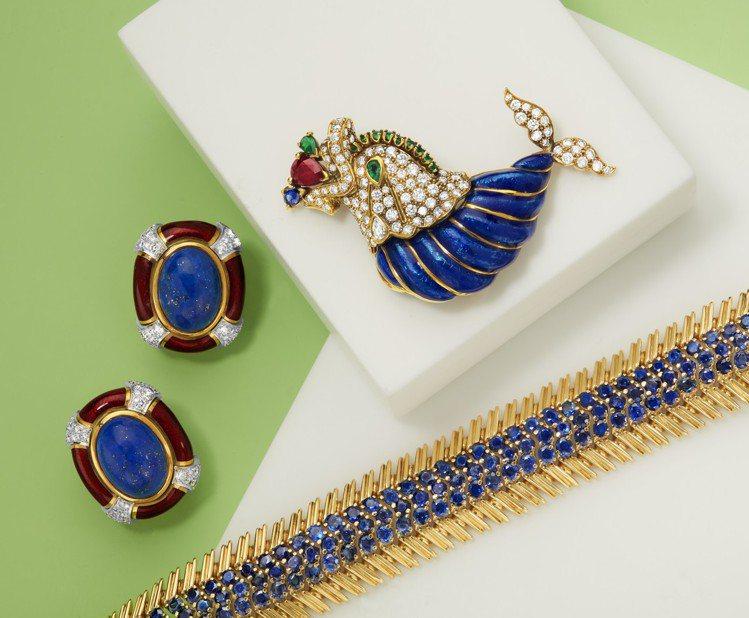 (由左至右)Andrew Clunn青金石鑽石琺瑯耳環,估價美金2,000元起。...