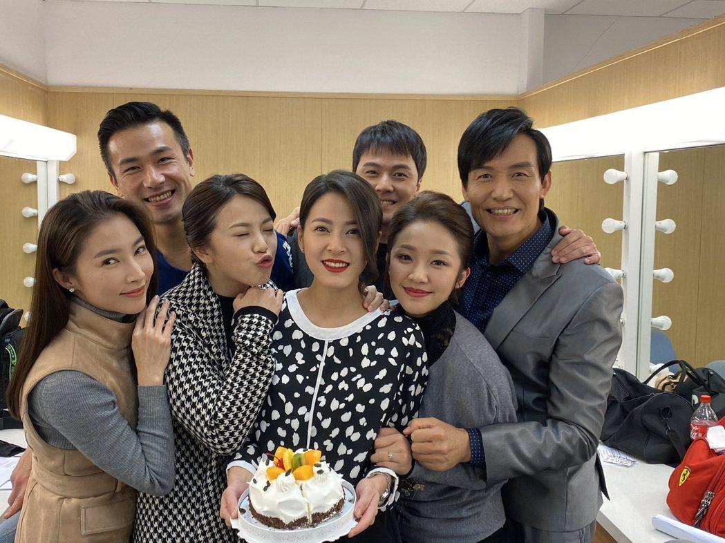 蘇晏霈(中)長尾巴,「多情城市」演員霍正奇(右起)、賴慧如、黃文星、廖苡喬、傅子