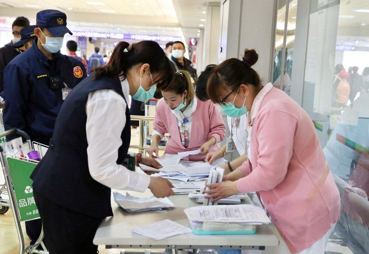 台灣的三百多例確診個案來看,有較典型症狀如肺炎、感冒症狀,較不典型但常見的的到腹...