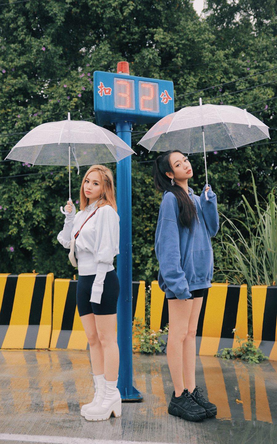 吳卓源(右)和陳芳語相識多年,新歌高唱友情萬歲。圖/華風數位提供