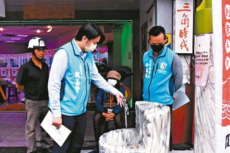 新冠肺炎疫情影響,避免衛生及感染疑慮,花蓮市公所停用候車亭自來水生飲設施。 圖/花蓮市公所提供